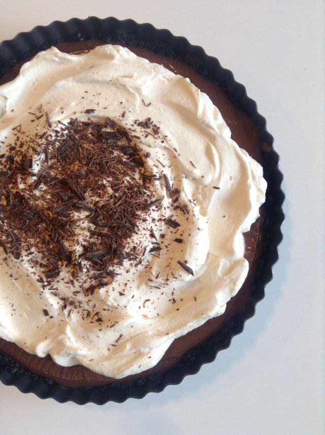 tarta con base de oreo, relleno cremoso de chocolate, nata, y más chocolate!