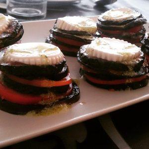 Torre de verduras con aceite de ajo y perejil
