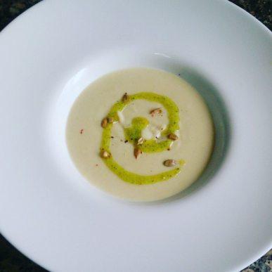 Crema de coliflor y pipas con aceite de cilantro