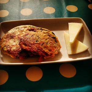 Tortitas-de-verduras-con-queso-manchego-y-salsa-de-yogur